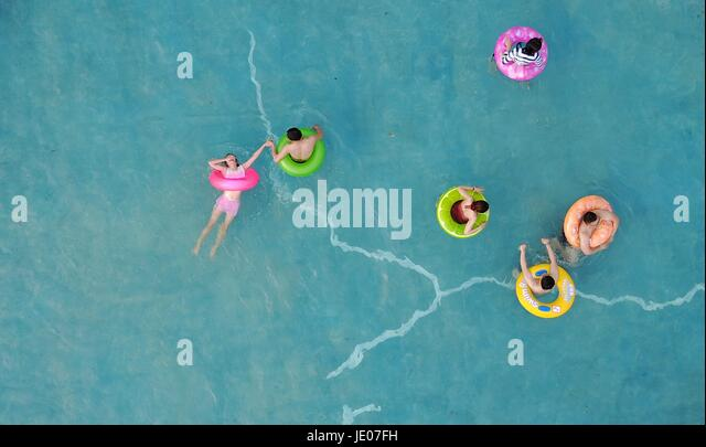 Yangzhou, China's Jiangsu Province. 21st June, 2017. People cool off in a swimming pool in Yangzhou City, east - Stock-Bilder
