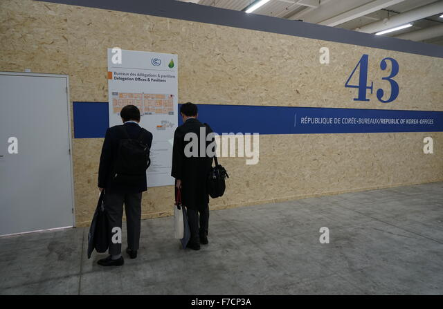 Le Bourget, Paris, France. 29th November, 2015. Korean delegates looking for directions in front of their pavilion. - Stock Image