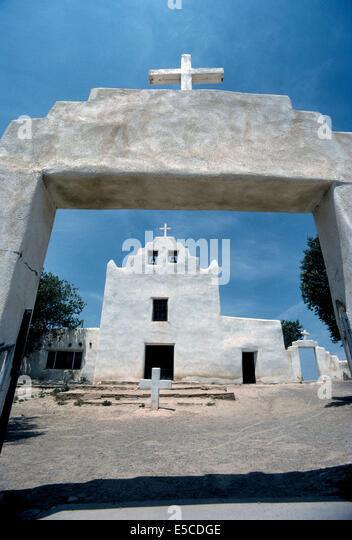 A gateway frames the San Jose Mission Church that was built by Indians from 1699-1701 at Laguna Pueblo, a Native - Stock Image