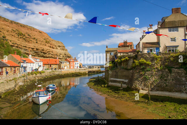 The fishing port and tourist destination of Staithes in Yorkshire. - Stock-Bilder