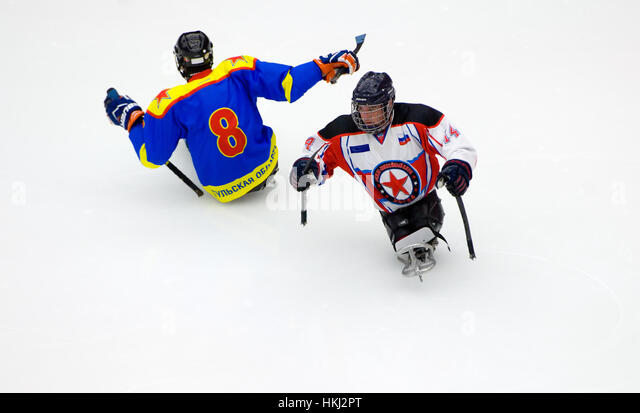 PODOLSK, RUSSIA - JANUARY 14, 2017: Unidentified players of Ladoga (blue) and Zvezda (white)  team of Sledge hockey - Stock-Bilder