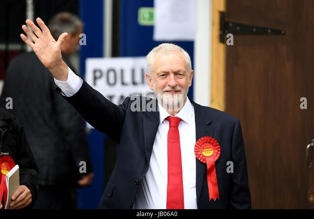 Islington, London, UK. 8th June, 2017. Jeremy Corbyn arrives to cast his vote at the Pakeman Primary School polling - Stock-Bilder