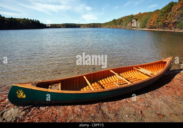 Canoe on the shore of  Walden Pond, Concord, Massachusetts - Stock Image