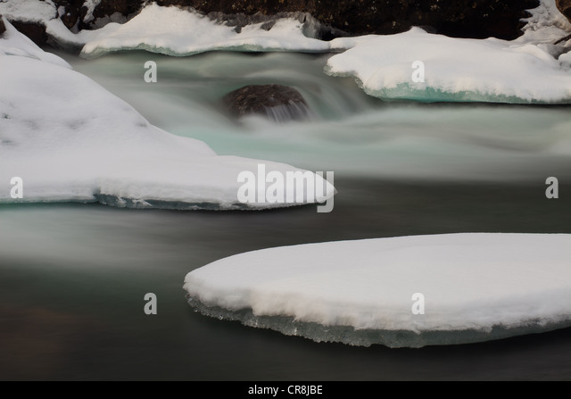Snow and ice in Rauma river, Romsdalen valley, Møre og Romsdal, Norway. - Stock-Bilder