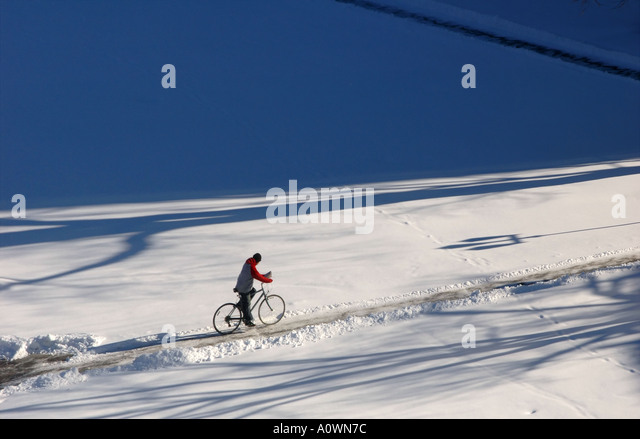 Bike rider in snow - Stock Image