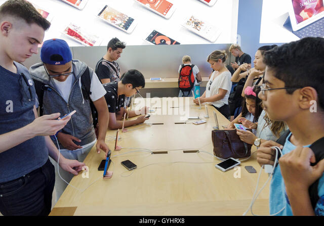 Manhattan New York City NYC NY Midtown Fifth Avenue Apple store retail business shopping chain flagship store consumer - Stock Image