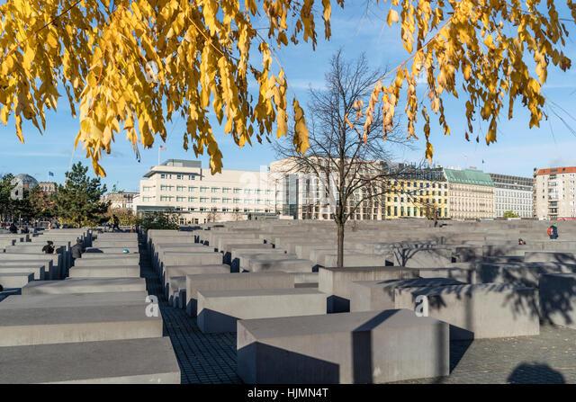 Berlin Holocaust Memorial, Beton stelen by architect Peter Eisenmann, background new American Embassy, autumn, Berlin - Stock Image