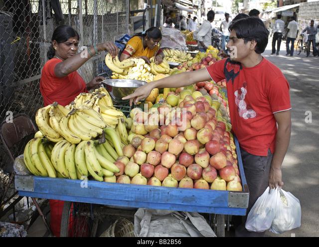 Frauen an einem Obststand in Bangalore Indien Women selling fruits Bangalore India - Stock-Bilder