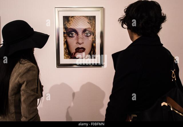 Santiago, Chile. 11th Aug, 2015. People visit the exposition 'Fotografias 1984-2013', of U.S. photographer - Stock Image
