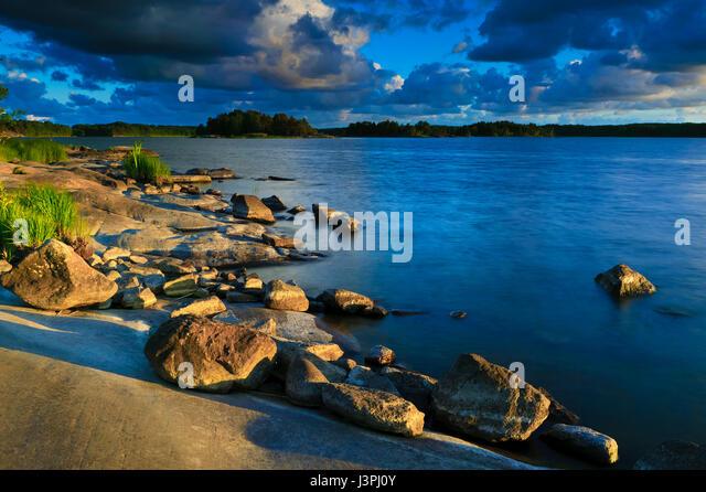 Summer evening at the island Brattholmen in the lake Vansjø, Østfold, Norway. - Stock-Bilder