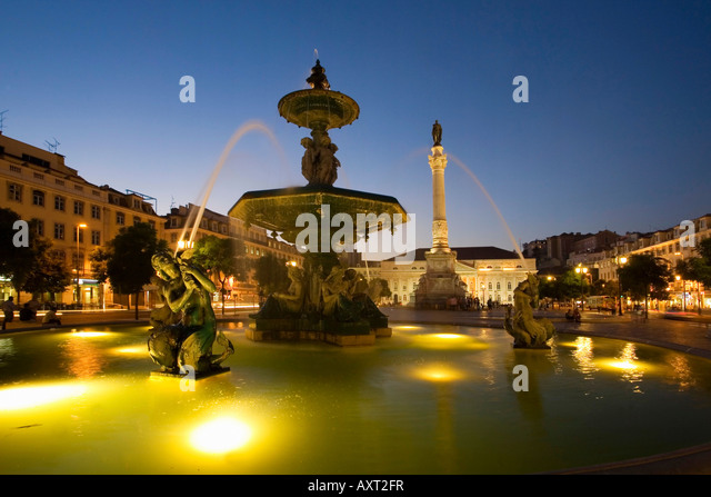 Portugal Lisbon Rossio square at night fountain Lissabon Rossio Platz bei Nacht Brunnen - Stock Image