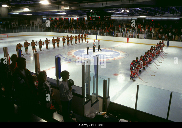 ICE HOCKEY PRE-MATCH D2: THE MIGHTY DUCKS; THE MIGHTY DUCKS 2 (1994) - Stock Image