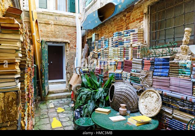 A bookshop of vintage books in old Venice Italy - Stock Image
