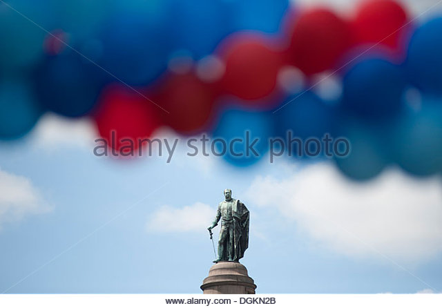 Statue of the Duke of York looks down on balloons forming the finishing arch of the Help for Heroes charity Hero - Stock-Bilder