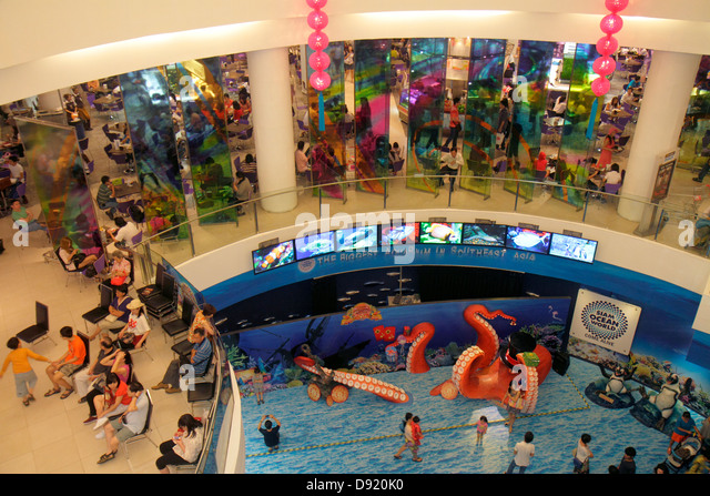 Thailand Bangkok Pathum Wan Rama 1 Road Siam Paragon complex mall shopping escalator crowd families Ocean World - Stock Image
