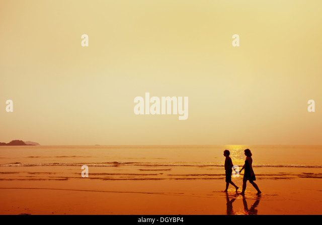 silhouette of couple on the beach - Stock-Bilder