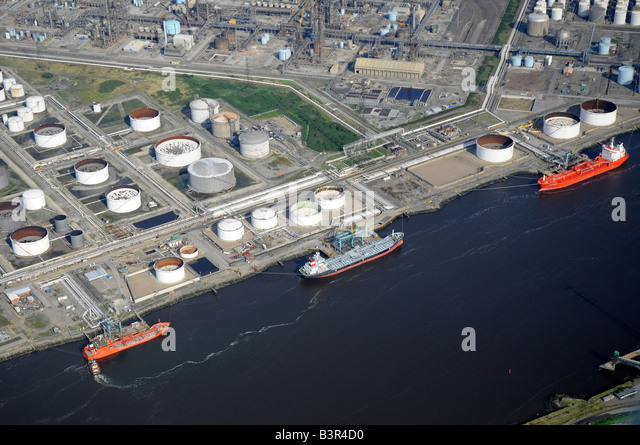 Oil tankers unloading on the River Tees, from the air, Teeside, Northern England - Stock-Bilder