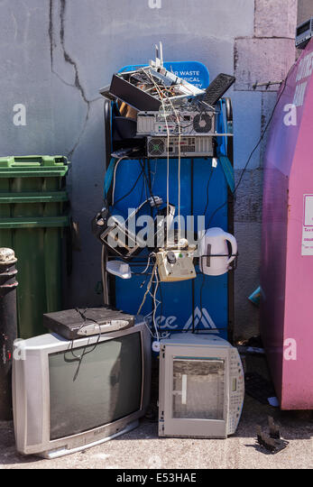 Recycling of old electronic goods tv, kettle, toaster, computer, telephone, at a rubbish dump on UCC campus, Cork, - Stock Image