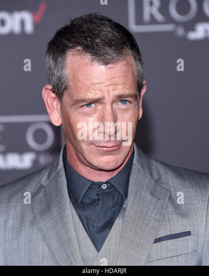 Hollywood, California, USA. 11th Dec, 2016. Ben Mendelsohn arrives for the premiere of the film 'Rogue One: - Stock-Bilder