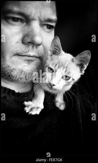 Man With White Cat On His Shoulder - Stock-Bilder