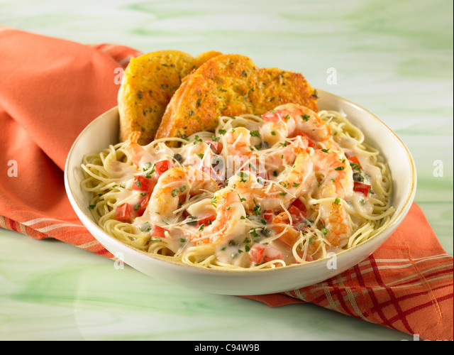 Shrimp Scampi pasta served with garlic bread - Stock Image