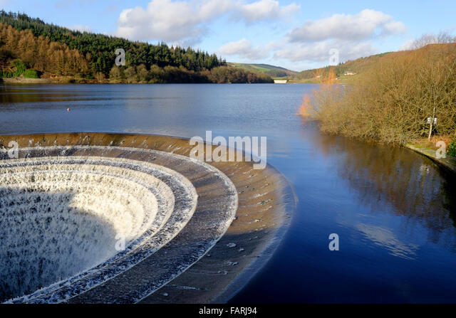 England, Derbyshire, Peak District National Park. Sinkhole overflow for the Ladybower Reservoir in full flow - Stock Image