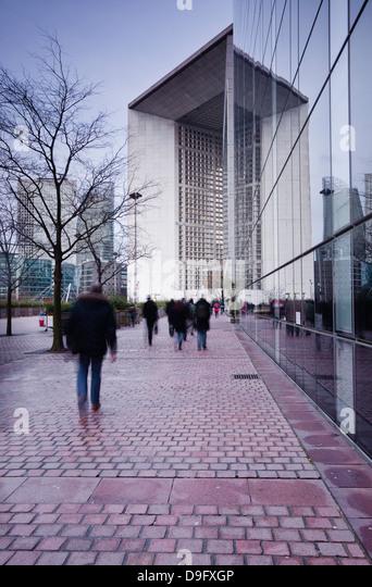Commuters leaving work in the La Defense area with La Grande Arche in the background, Paris, France - Stock-Bilder