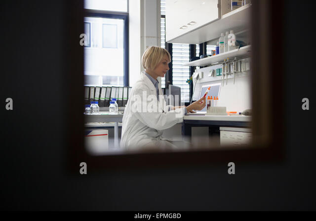 Scientist working in laboratory - Stock Image