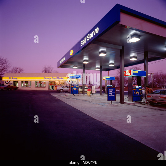 Dusk view of a gasoline station and convenience store - Stock-Bilder