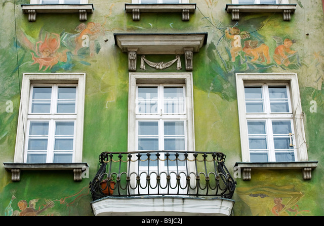 The green painted exterior of a house in the Old Market Square, Poznan, Poland - Stock Image