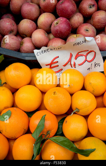 Italy, Orvieto. Box of fresh Clementine oranges, citrus fruit bred by crossing a tangerine with a Seville orange. - Stock-Bilder