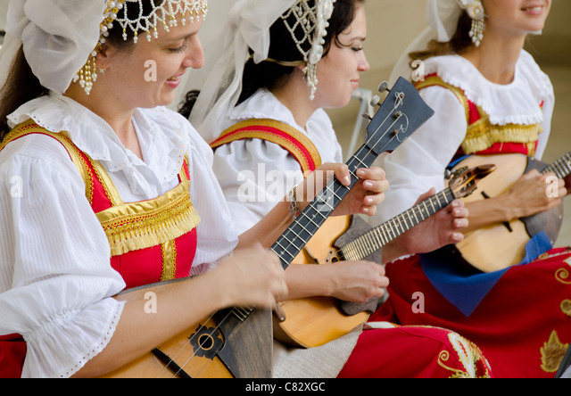 Ukraine, Yalta, Livadia Palace. Ukrainian folkloric show. Women in traditional costumes playing Russian balalaikas - Stock Image