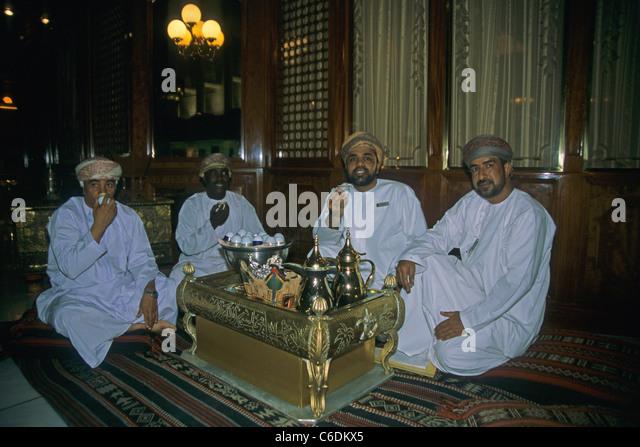 Maenner beim Tee trinken im Luxushotel, Al Bustan, Arabic men drinking tea, Luxury Hotel Al Bustan, Muscat - Stock-Bilder