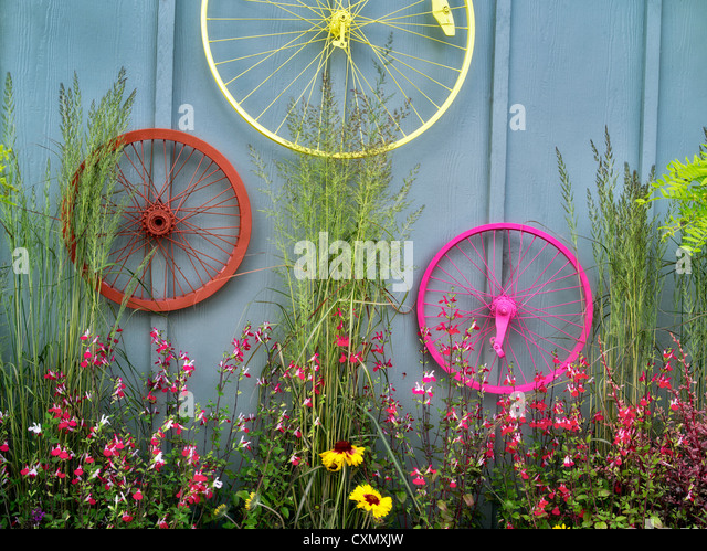 Bicycle rims garden display. Al's Nursery. Sherwood, Oregon - Stock Image