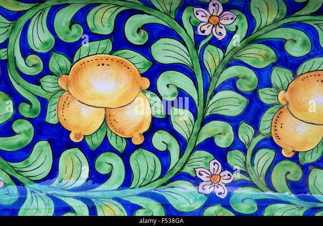 Italy, Orvieto. Detail of traditional hand painted Italian pottery plate for sale in the narrow streets of Orvieto. - Stock-Bilder
