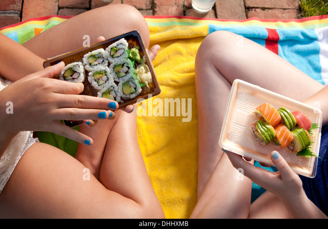 Friends eating sushi - Stock Image