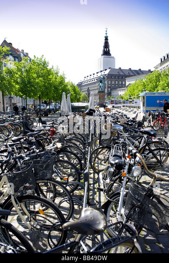 Many bicycles in front of Christiansborg Palace, Slotsholmen, Copenhagen, Denmark, Scandinavia, Northern Europe - Stock Image