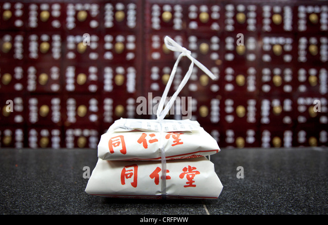 Preparation of traditional Chinese medicine at the Beijing Tongrentang drug store, Beijing, China. - Stock Image