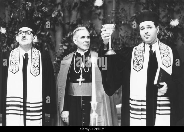 Fulton J. Sheen (center), Bishop of Rochester, at a Jewish service at the Mt. Neboh Congregation. Manhattan, New - Stock Image