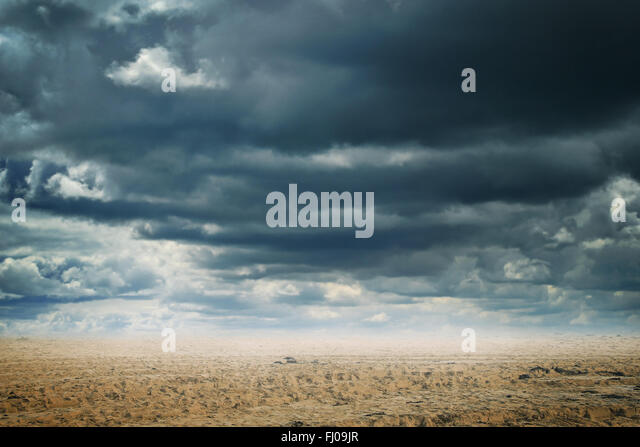 Abstract background of a sandy desert with dramatic cloudscape - Stock-Bilder