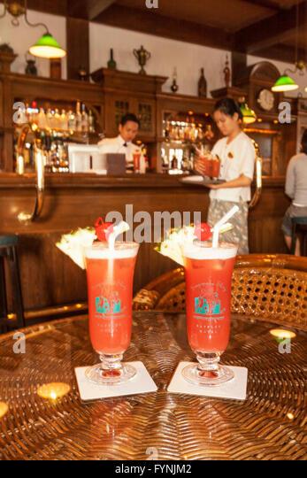 original Singapore Sling drinks at the Long Bar of Raffles Hotel - Stock Image