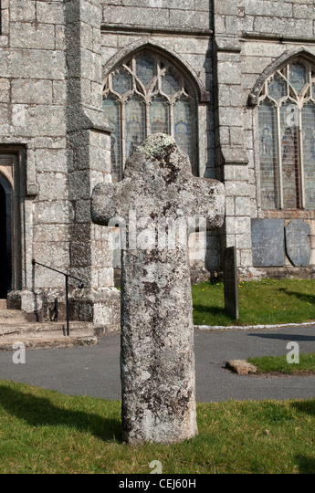 A 10th century granite cross outside the entrance to St.Neots church, at St.Neot in Cornwall, UK - Stock-Bilder