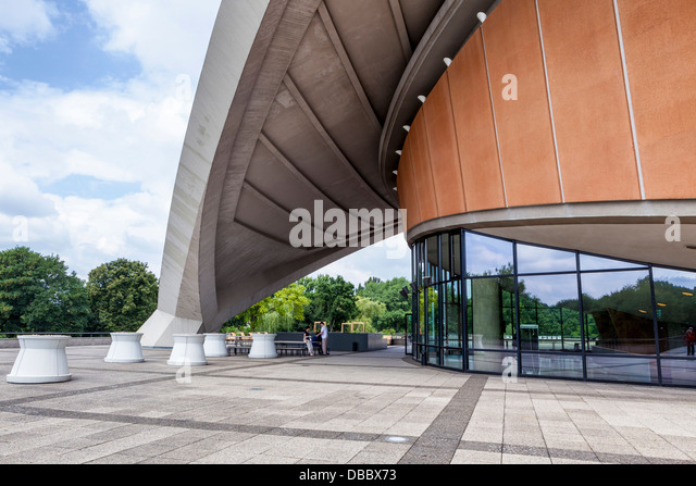 View of the top level and roof of the HKW Concert hall and exhibition centre , Tiergarten, Berlin - Stock-Bilder