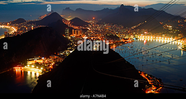 Brasil Rio de Janeiro Pao de Acucar viewpoint panoramic view toward Copacabana and Guanabara bay at night - Stock Image