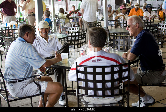 President Barack Obama relaxes after a round of golf with Vice President Joe Biden, Speaker of the House John Boehner, - Stock Image
