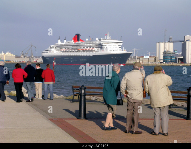 Queen Mary 2 cruise ship liner docked at Southampton before her transatlantic voyage - Stock-Bilder