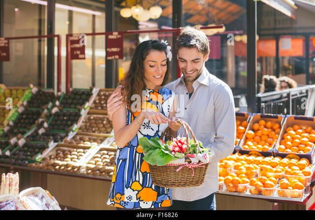 Couple shopping in Paris - Stock-Bilder
