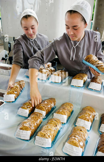 Little Rock Arkansas River Market Farmers Market buyers sellers Amish Mennonite girls teen sisters family cookies - Stock Image