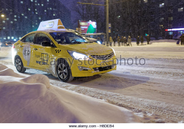 St. Petersburg, Russia, 10th November, 2016. Frosted taxi on the street under snowfall. More than 20 cm of snow - Stock Image