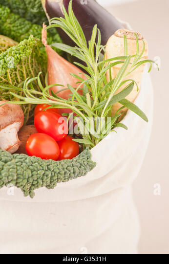 Environmentally friendly shopping bag filled with vegetables - Stock Image